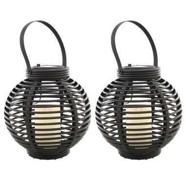 Set van 2x stuks buiten/tuin zwarte rotan lampionnen/hanglantaarns 20 cm solar tuinverlichting