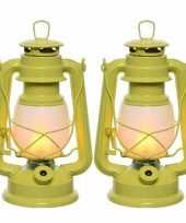 Set van 2 gele led licht stormlantaarns 24 cm met vlam effect