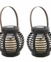 Set van 2x stuks buiten tuin zwarte rotan lampionnen hanglantaarns 16 cm solar tuinverlichting