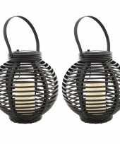 Set van 2x stuks buiten tuin zwarte rotan lampionnen hanglantaarns 20 cm solar tuinverlichting